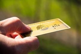 Roba una cartera con la tarjeta y el PIN y saca 500 euros