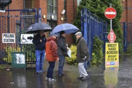 Los británicos van a las urnas tras una campaña con sobresaltos