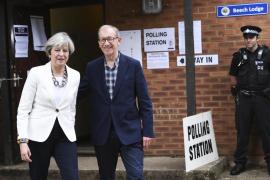 La conservadora Theresa May vota en los comicios británicos