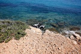 Un todoterreno cae al mar en sa Caleta (Fotos: Arguiñe Escandón).