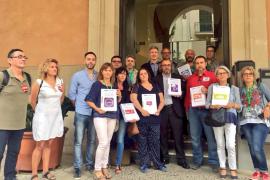Los sindicatos entregan 6.000 firmas para pedir la gratuidad del aparcamiento de Son Espases