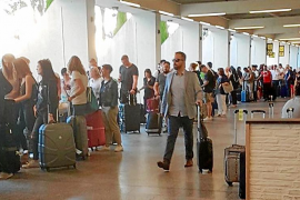 La falta de policías locales provoca el caos en las llegadas del aeropuerto