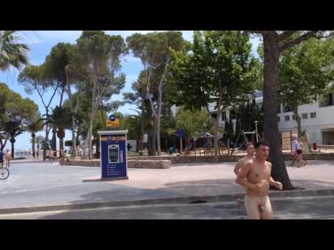 La Policía de Calvià identifica y multa a un grupo de turistas que se pasearon desnudos por Palmanova