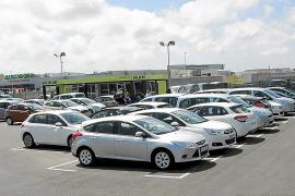 Monjo anuncia sanciones a los rent a car de Can Picafort con más de tres coches en la vía pública