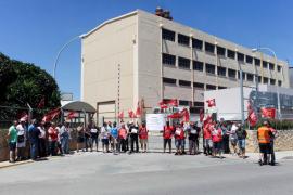 Concentración de los trabajadores de la central térmica de Ibiza por el despido de una compañera (Fotos: Daniel Espinosa).