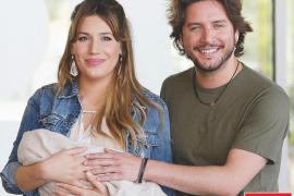 Manuel Carrasco y Almudena Navalón, feliz posado con su hija