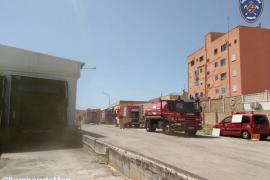 Los bomberos actúan por un incendio en una nave industrial de Marratxí