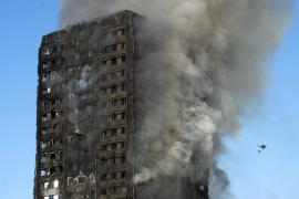 Una testigo confirma que los atrapados en el incendio de Londres lanzaban a los niños para salvarlos de las llamas