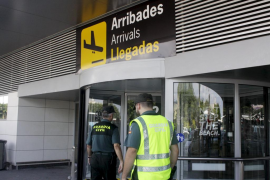 Fallece un turista en el aeropuerto de Ibiza tras caerse saltando una cadena