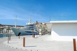 El yate más grande construido en España atraca en el puerto de Ibiza