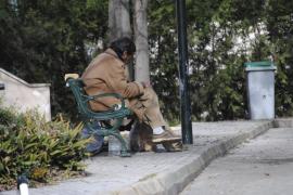 Grupos de indigentes duermen en nichos del cementerio de Palma