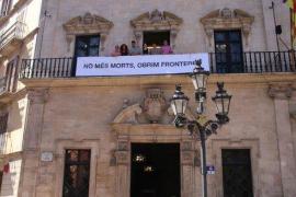 Cort exhibe la pancarta «No más muertes, abramos fronteras»