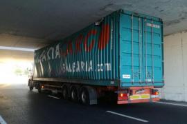 Un camión se queda atascado en un túnel del desvío de Alcampo