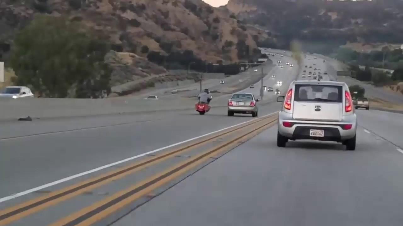 Impactante accidente tras el pique entre una moto y un coche