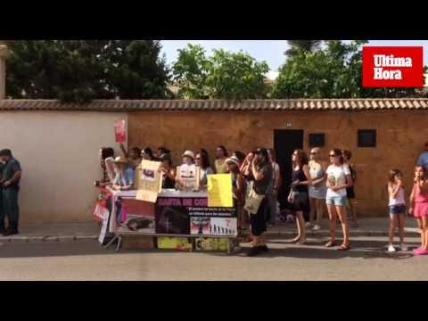 Un pequeño grupo de animalistas protesta en Muro contra las corridas de toros