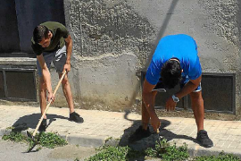 Los residentes de El Molinar quitan las hierbas de las calles