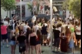 Jóvenes turistas en modo 'party hard' encima de un coche en Santa Ponça