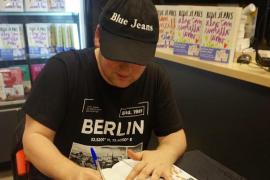 El escritor Blue Jeans firma libros en Agapea Palma