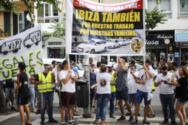 Elite Corsaris d'Eivissa protesta frente al Consell contra los taxis pirata.