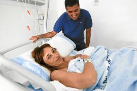 El Hospital Can Misses pone en práctica con éxito la primera cesárea humanizada
