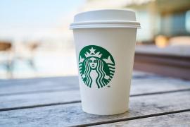 Hallan bacterias fecales en el hielo de tres franquicias de cafeterías británicas