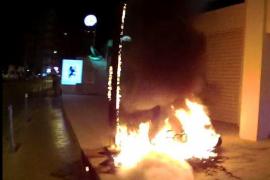 El incendio de una moto obliga a desalojar un local de comida rápida en Sant Antoni