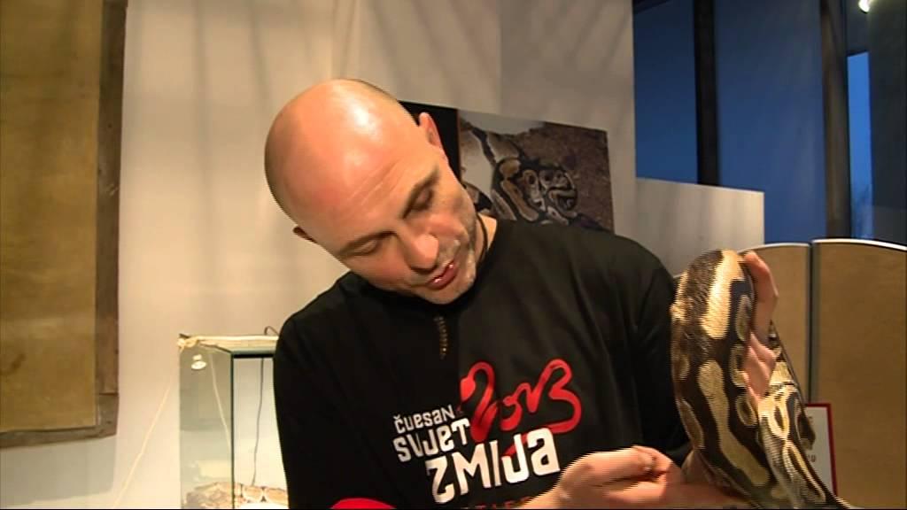 Un hombre vive con más de 120 serpientes para acabar con la mala fama de estos reptiles