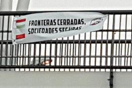 La Policía Local localiza pancartas racistas instaladas en el puente del Estadi Balear