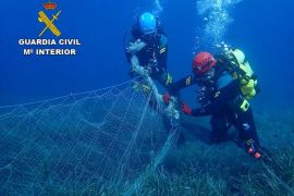 La Guardia Civil retira una red abandonada en el fondo marino de la Bahía de Palma