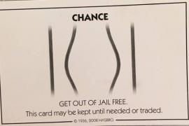 Un hombre intenta evitar ir a la cárcel con una tarjeta del Monopoly