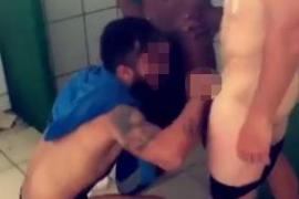 Cuatro futbolistas despedidos por grabarse practicando sexo en las duchas