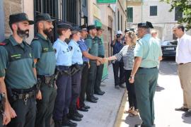 Salom saluda a las gendarmes y el carabinieri de las patrullas mixtas en Sóller y Calvià