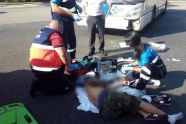 Accidente de tráfico entre una moto y un autobús de la EMT en el Paseo Marítimo