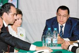 La Justicia egipcia prohíbe salir del país al ex presidente Mubarak y su familia