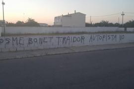Aparecen pintadas en Ses Salines contra miembros del Consell por la nueva «autopista»
