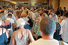 Turistas británicos se quedan en tierra en Son Sant Joan por las colas en pasaportes