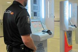 Las agencias británicas culpan al Gobierno del caos en el control de pasaportes de Palma