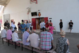 280 abonados del Real Mallorca pasan por Son Moix en el primer día para renovar el carnet