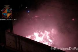 Los Bomberos de Palma actúan durante seis horas para extinguir un incendio en un solar de Sa Indioteria