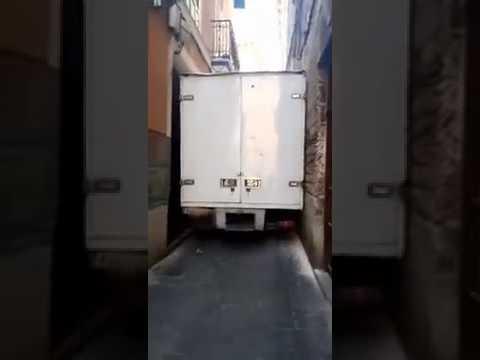 Un camión queda encajado en una calle del centro de Palma