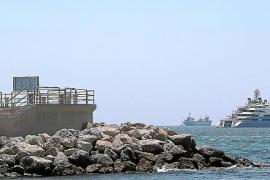 El Ocean Victory fondea en la bahía