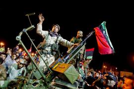 Gadafi aparece en la televisión estatal en una sala rodeado de seguidores