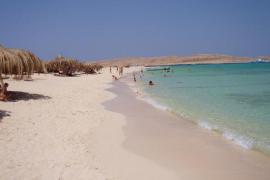 Al menos dos turistas muertos y 4 heridos acuchillados en una playa en Egipto