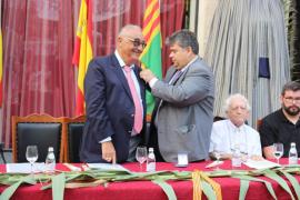 El escritor Miquel Segura recibe el Escut d'Or por ser fiel a sus raíces
