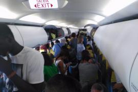 Impiden despegar en Barcelona un avión con destino a Dakar en protesta por la expulsión de un senegalés «sin papeles»