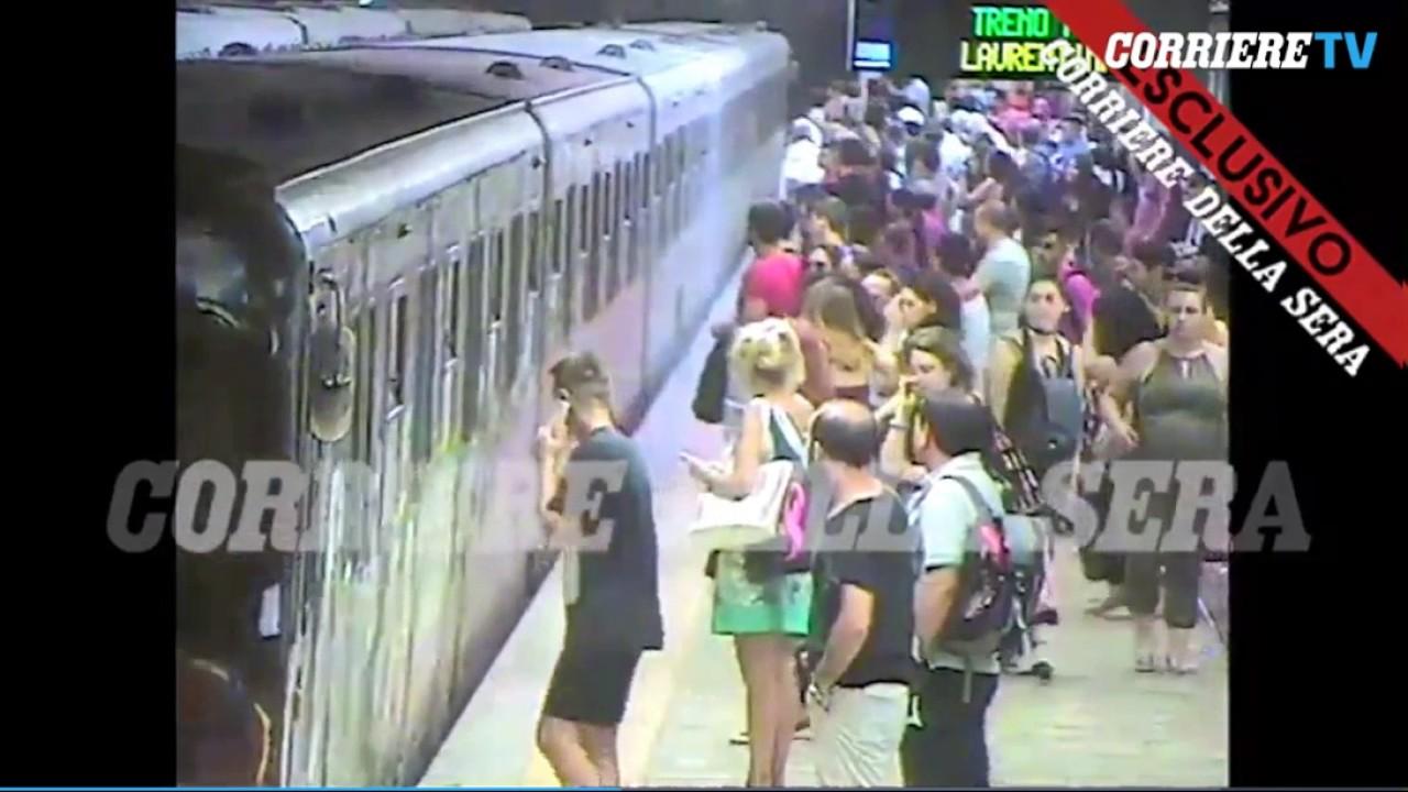 Una mujer queda atrapada con la puerta de un vagón del Metro de Roma y es arrastrada varios metros
