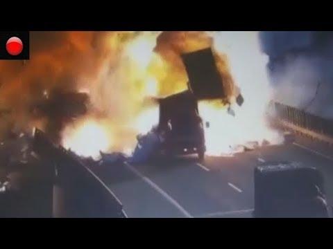 Colosal explosión tras la colisión de dos camiones en China