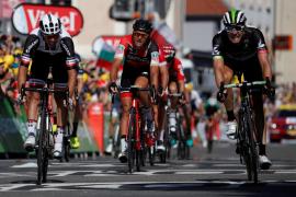 Matthews repite triunfo en la antesala de los Alpes y Contador vuelve a perder tiempo