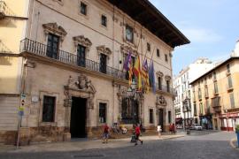 La Delegación del Gobierno pide a Consell y a Cort explicaciones por «el arriado» de banderas sin autorización