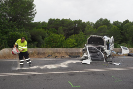 Fuerte colisión entre dos coches en la carretera de Santa Gertrudis.
